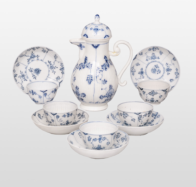 "A set of 5 cups with coffee pot ""Strohblume"""