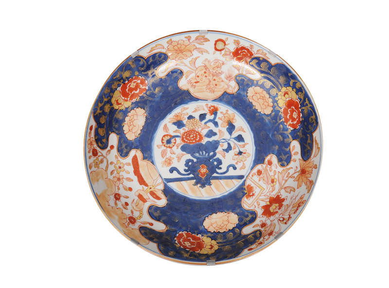 An Imari bowl with flower vase and Fô-dog