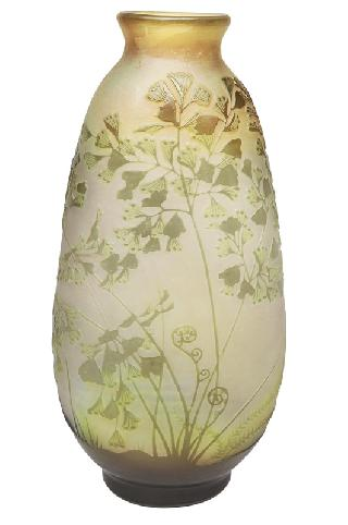 A cameo vase with ginkgo