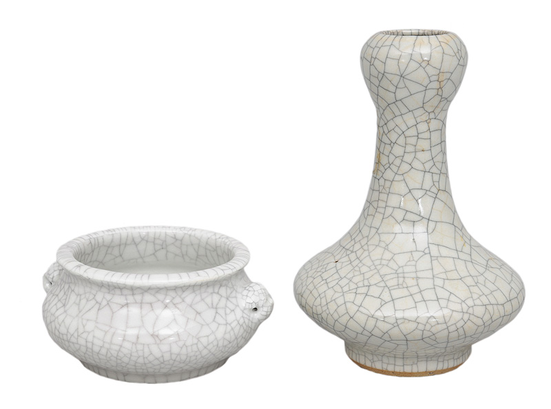 A set of 2 craquelé objects