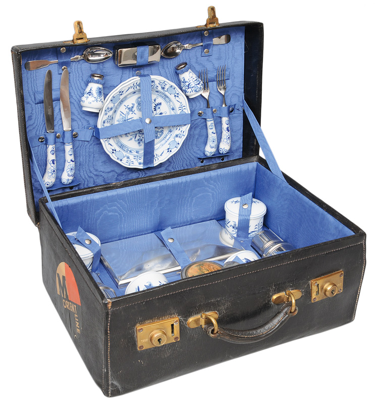 "An exceptional picnic case ""Blue Onion"""