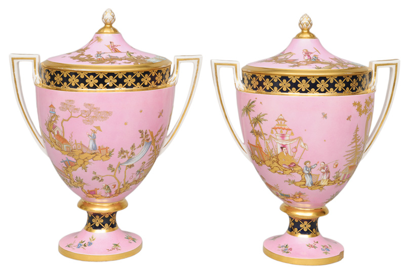 An pair of splendid cover vases with Chinoiserie motifs