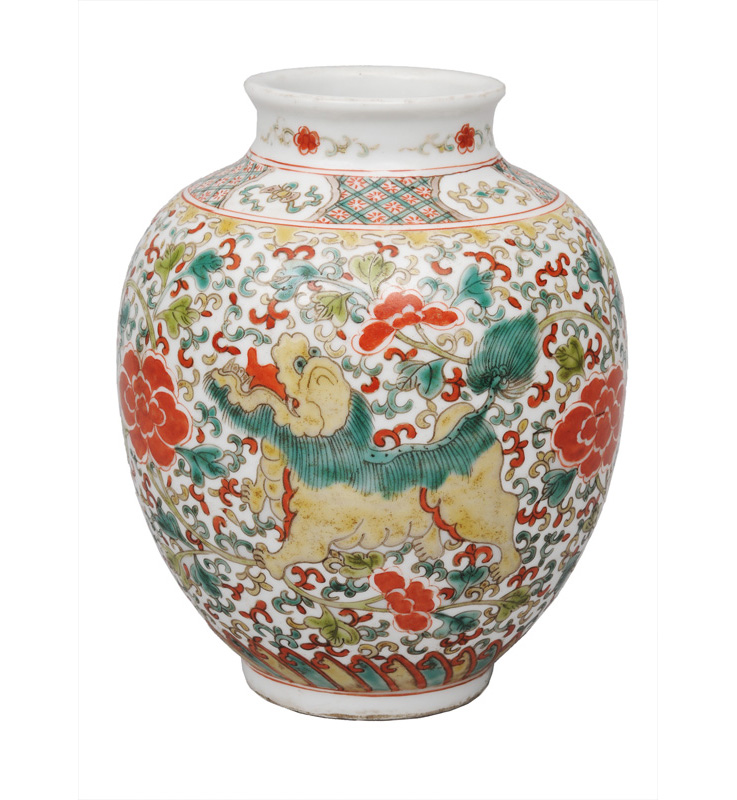 A Wucai vase with Fô-dogs