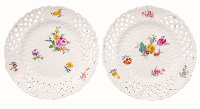 A pair of plates with flower painting
