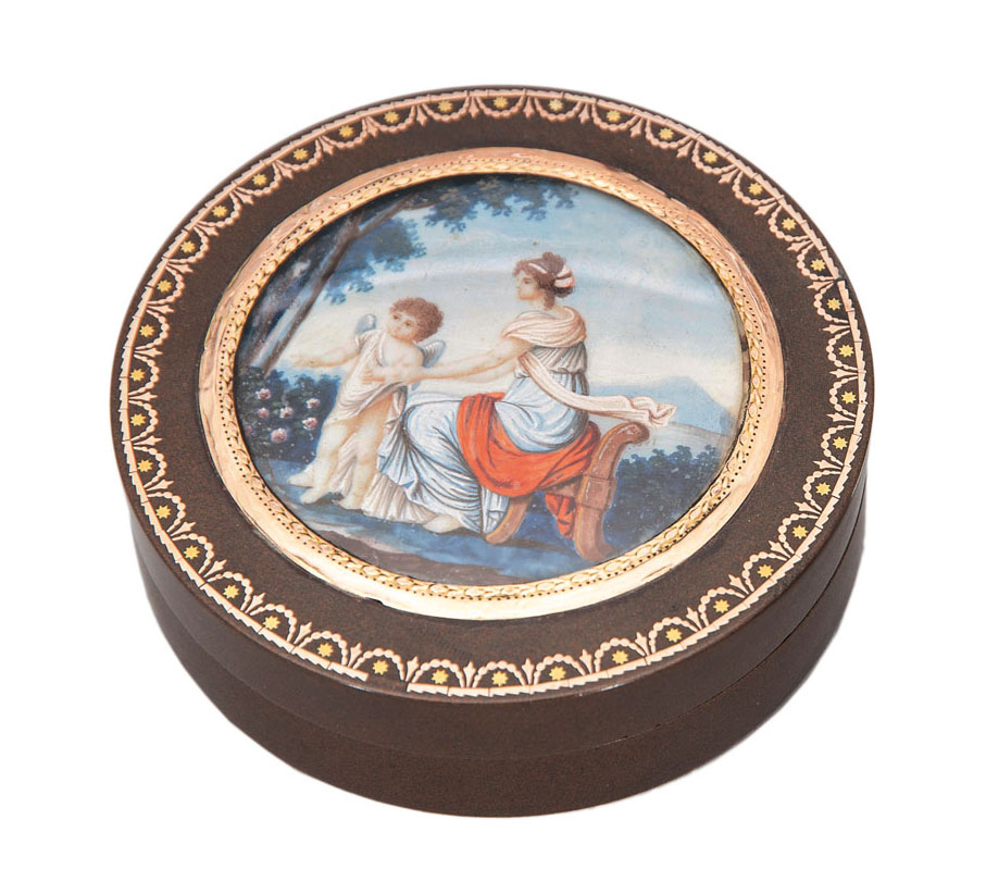 A round tortoise-lacquer box with antique scenery