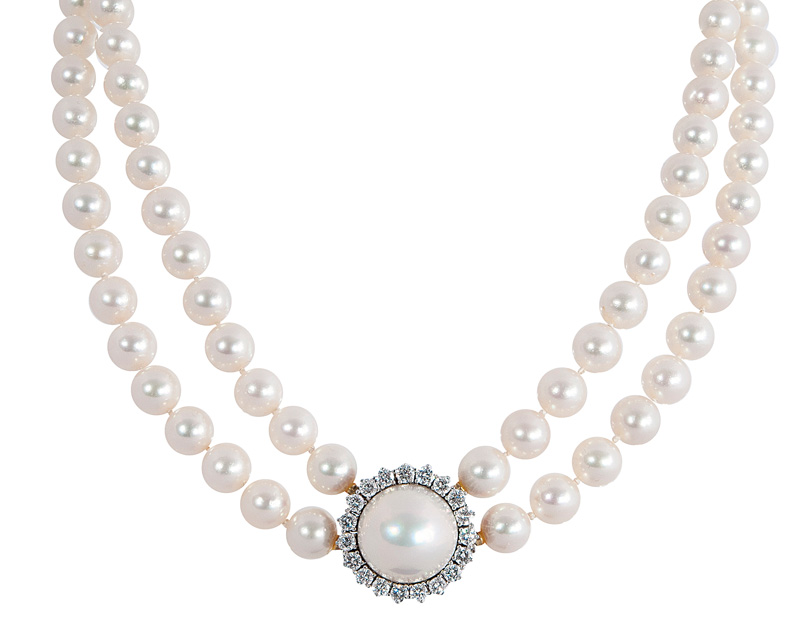 A fine pearl necklace with mabé-pearl diamond clasp