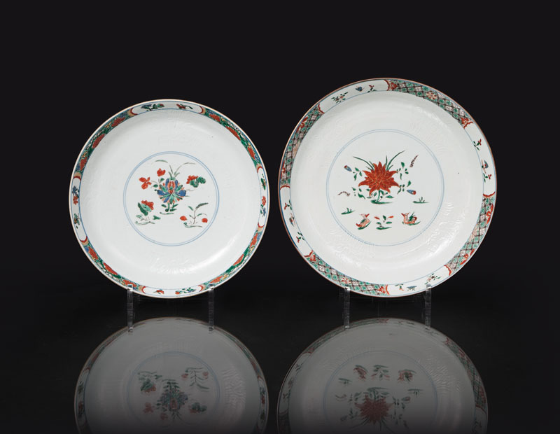 A set of 2 'Famille Verte' plates with 'Café-au-lait' border