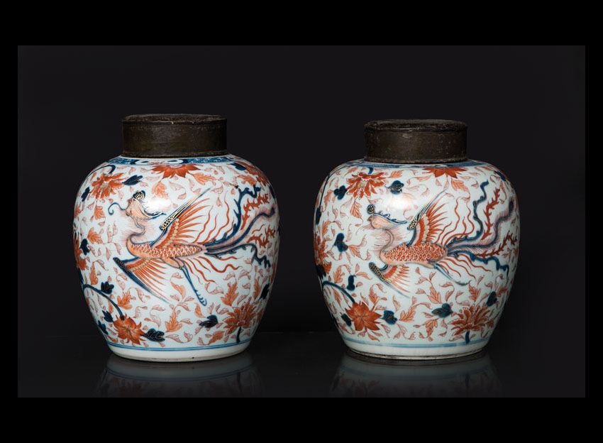 A pair of fine 'Imari' ginger pots with phoenix decoration
