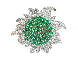 An emerald diamond brooch in flower shape