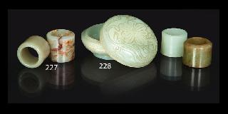 A small lidded jade box with Qilong-dragons