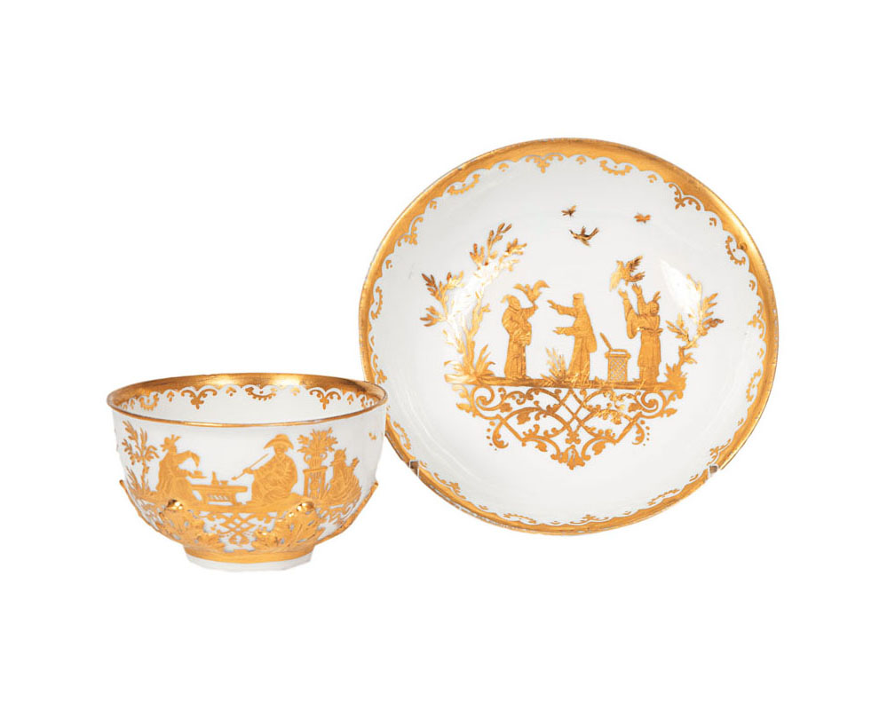 A rare tea bowl and saucer with acanthus-relief and gold Chinoiseries