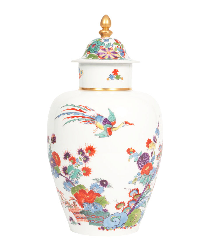 A lidded vase with Kakiemon decor
