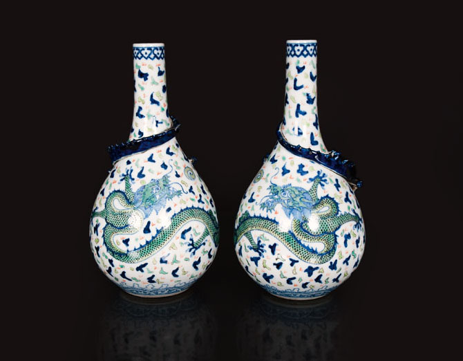 A pair of vases with vivid dragons