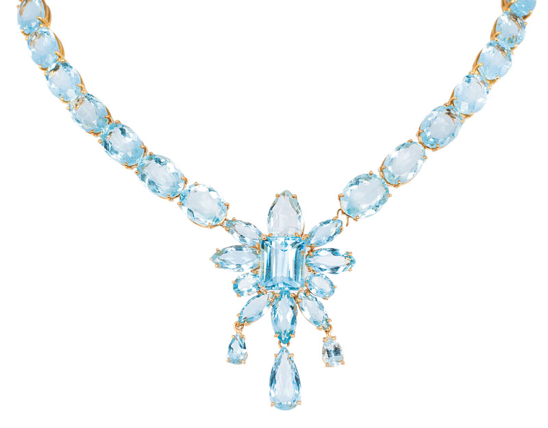 A high quality aquamarine necklace with matching earclips
