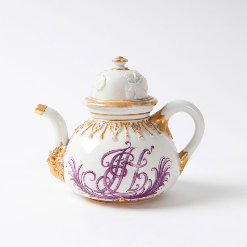 A rare Böttger tea pot with 'Hausmalerei'