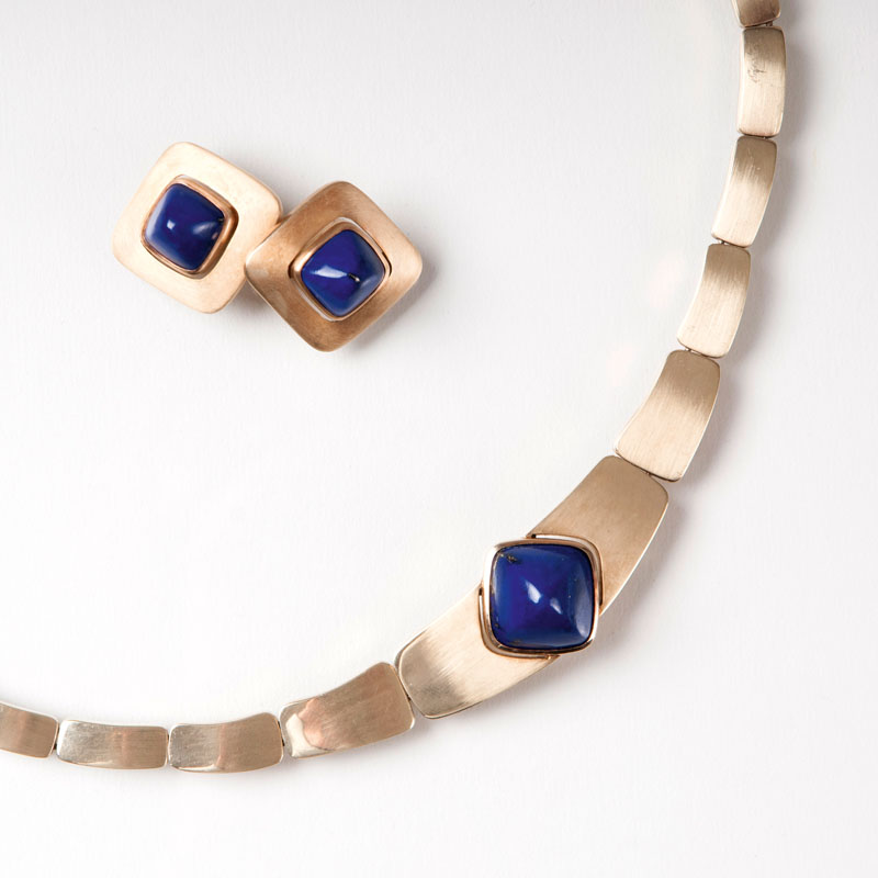 A lapis lazuli jewellery set with necklace and earclips