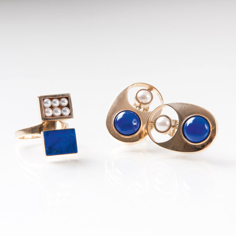 A lapis lazuli jewellery set with earclips and ring