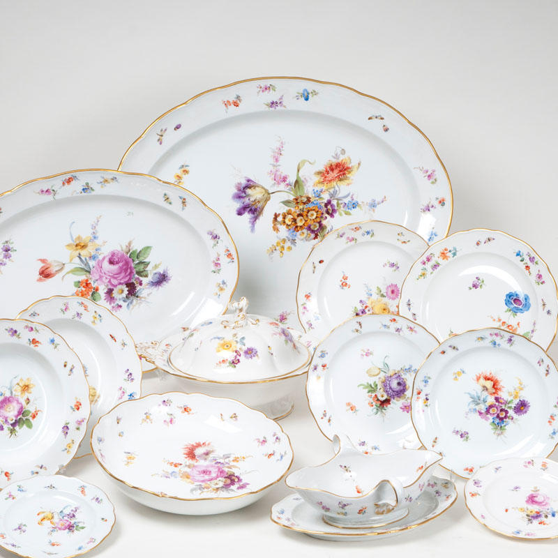 An externsive dinner service with flower painting