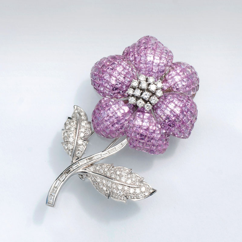 A fine pink sapphire flower brooch with diamonds in french Vintage style