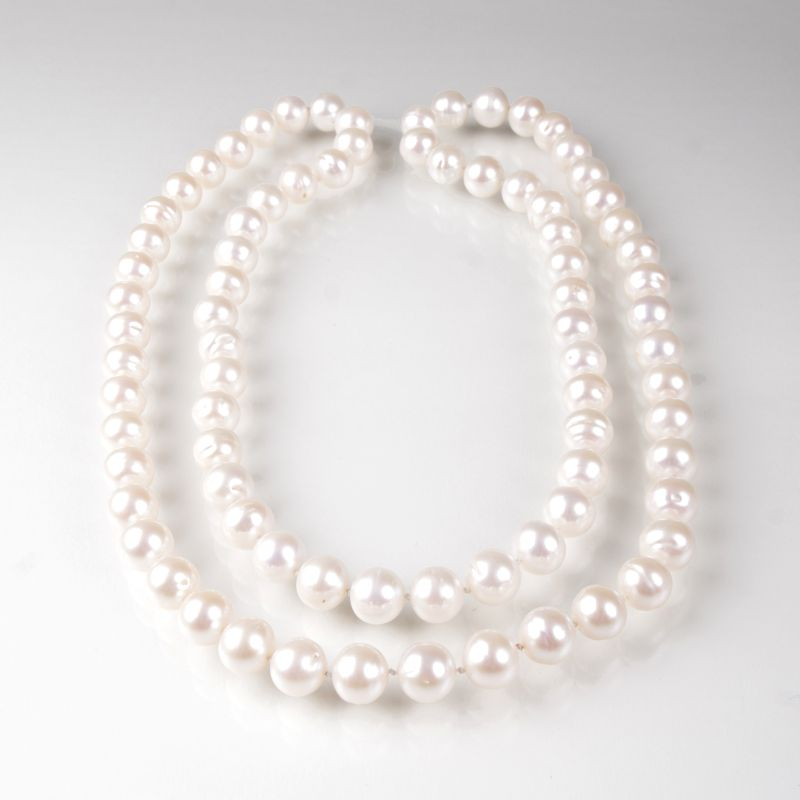 A long pearl necklace