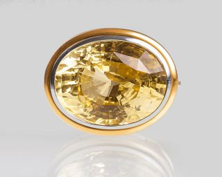 A natural yellow sapphire in a interchangeable clasp by Jeweller Hemmerle