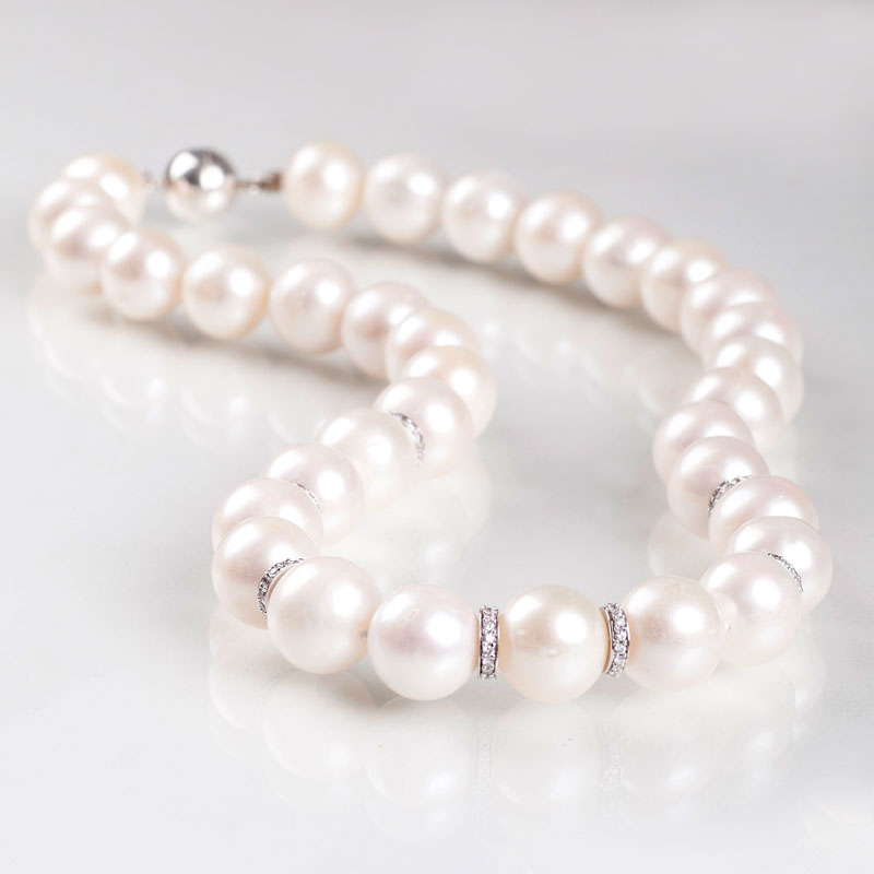 A pearl diamond necklace