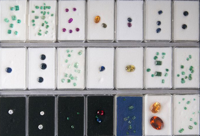 21 boxes with loose stones in faceted and cabochon cut