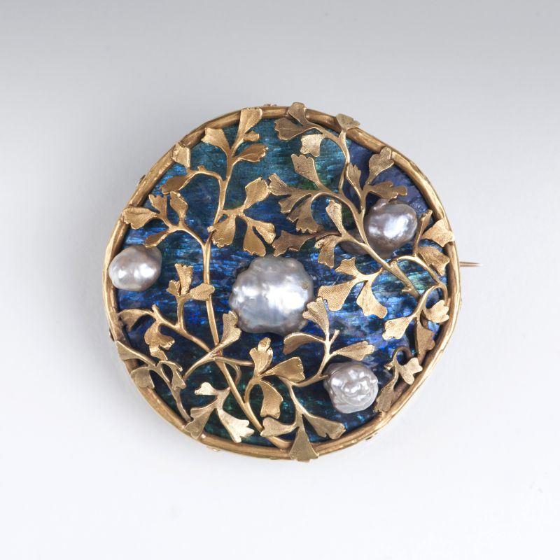An Art Nouveau brooch with enamel and pearls