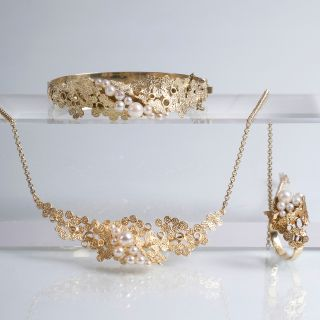 A pearl gold jewellery set