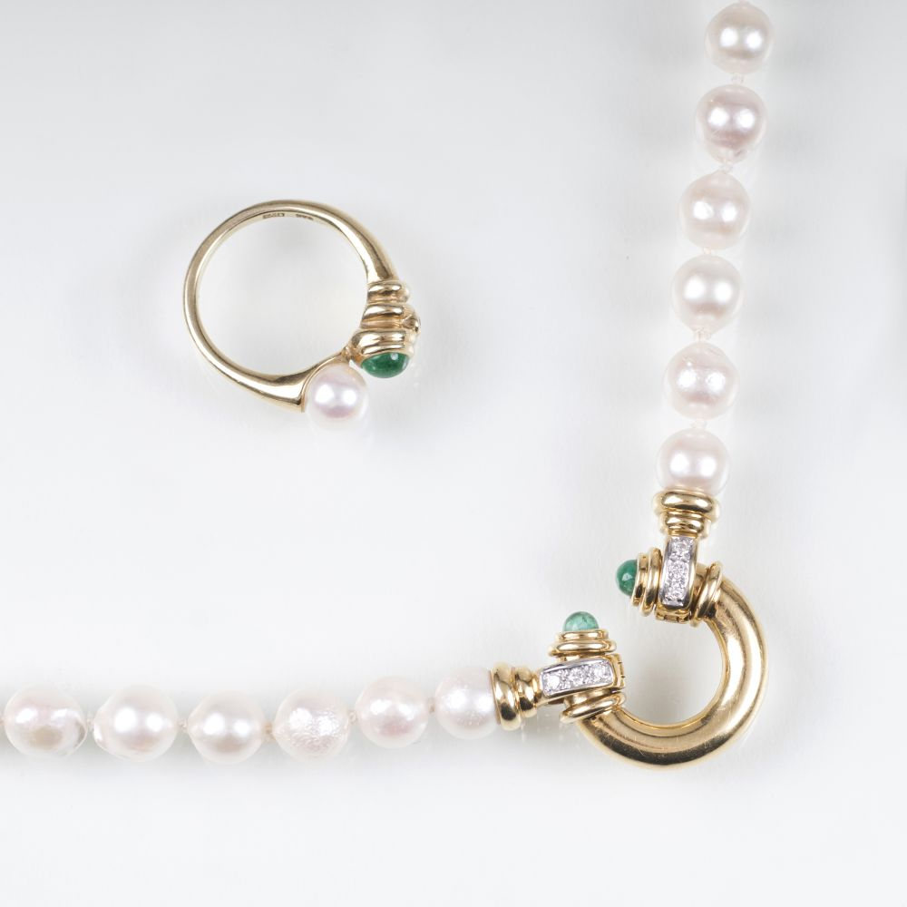 A Pearl Emerald Jewellery Set with Necklace and matching Ring