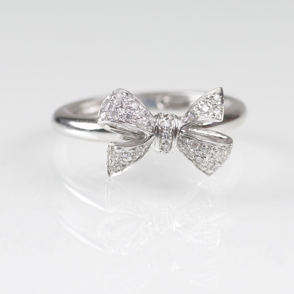 A petite Diamond Ring with Ribbons