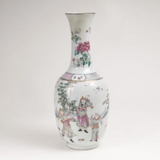 Famille-rose Balustervase mit Legendendarstellung der Mu-Guiying