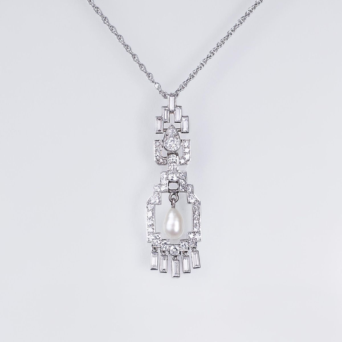 A delicate Art-déco Diamond Pearl Pendant with Necklace