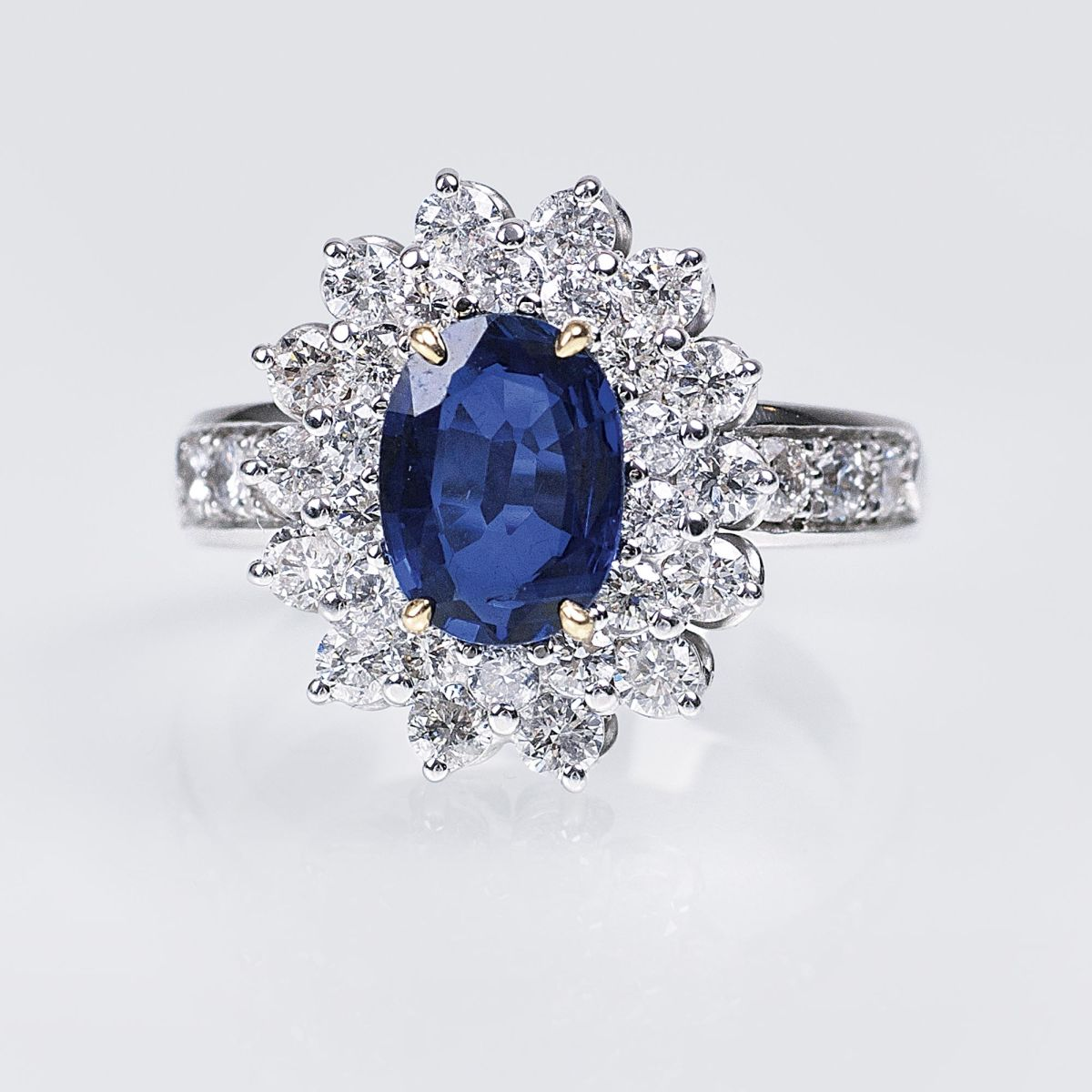 A highquality Ring with Natural Sapphire and Diamonds