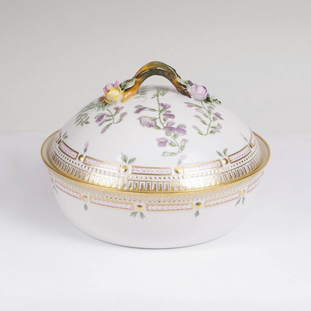 A round Flora Danica Lidded Tureen with Vetch