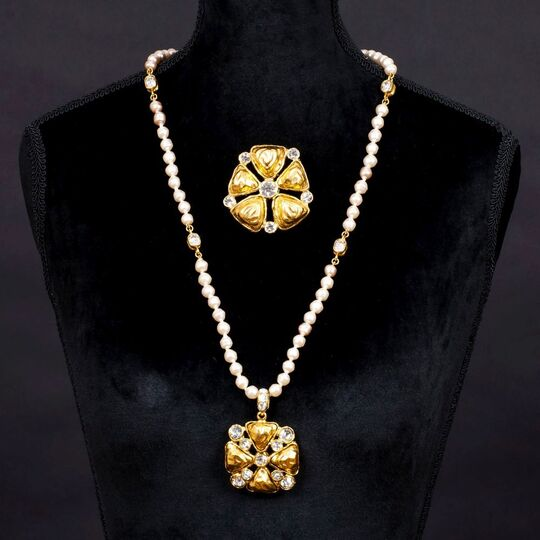 A Faux Pearl Necklace 'Trèfle' with pendant and matching Brooch